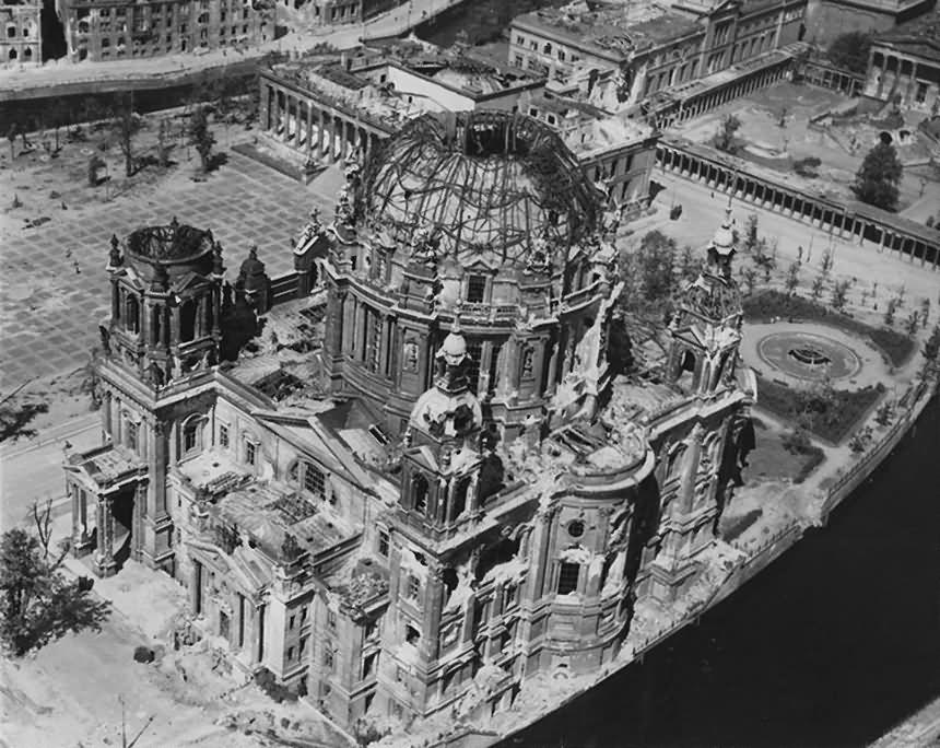 Ruins_of_Berlin_Lustgarten_Dom_Altes_Museum_1945